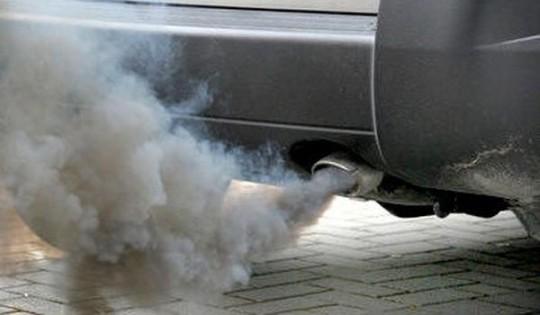 валит дым из выхлопной трубы