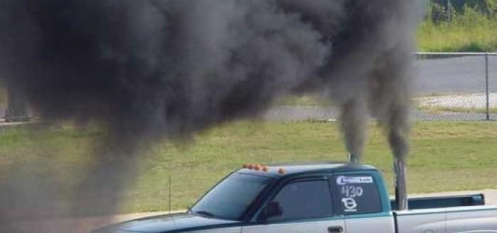 дым из выхлопной трубы